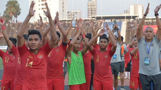 Para pemain Timnas Indonesia U-22 merayakan kemenangan atas Vietnam. Indonesia akan menghadapi Thailand pada final Piala AFF U-22 2019, Minggu (26/2). (ANTARA FOTO/Nyoman Budhiana)
