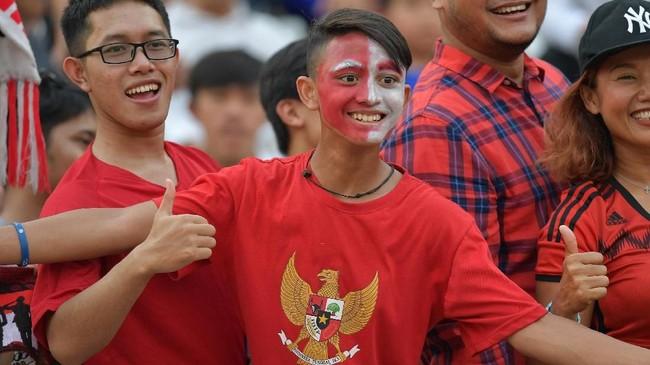 Pendukung Timnas Indonesia U-22 di Stadion Olimpiade merayakan kemenangan Garuda Muda atas Vietnam. (ANTARA FOTO/Nyoman Budhiana)