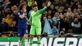 Kepa Arrizabalaga sempat berbicara dengan David Luiz dan terus berada di lapangan sambil menolak rencana pergantian tersebut. (REUTERS/David Klein)