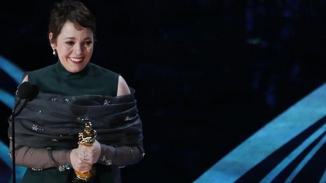 Tanpa diduga, aktris Olivia Colman berhasil membawa pulang kategori Best Actress berkat aktingnya di film 'The Favourite'. (REUTERS/Mike Blake)