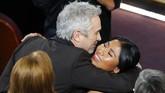 Alfonso Cuaron membawa pulang kategori Best Director berkat film 'Roma' yang juga menjadi film berbahasa asing terbaik. Aktris utama 'Roma' Yalitza Aparicio pun memberikan selamat kepada Cuaron. (REUTERS/Mike Blake)
