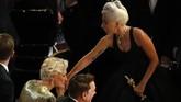 Aktris senior Glenn Close (kiri) memberikan selamat kepada Lady Gaga atas raihannya untuk lagu 'Shallow'. (REUTERS/Mike Blake)