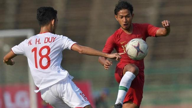 Pemain Timnas Indonesia U-22 Gian Zola berusaha melewati Nguyen Hoang Duy. Gian Zola merupakan andalan lini tengah Indonesia di Piala AFF U-22 2019. (ANTARA FOTO/Nyoman Budhiana)