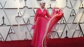 Pink tampaknya jadi warna yang mendominasi karpet merah Oscar. Namun Helen Mirren memberi sentuhan lain dengan gaun flowy rufflesnya yang berkilau bak senja. REUTERS/Mario Anzuoni