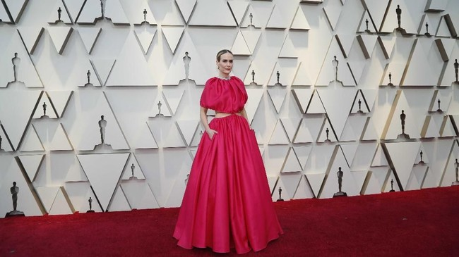 Gaun Sarah Paulson sebenarnya tak terlalu aneh. Tapi atasan yang menggelembung dan crop top memperlihatkan tali tipis di pinggangnya membuat gaun itu terlihat aneh. REUTERS/Mario Anzuoni
