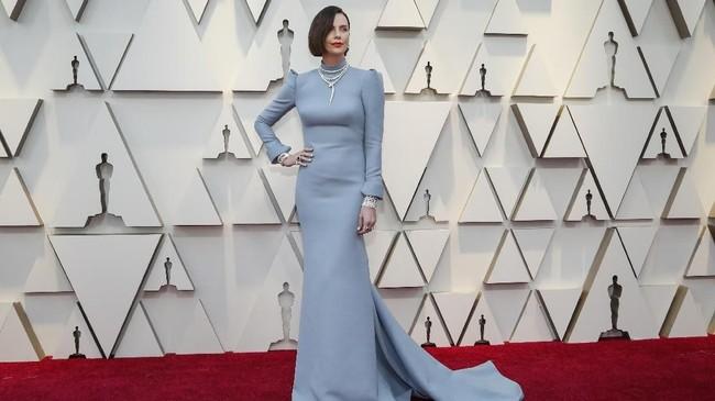 Charlize Theron dengan gaun birunya terlihat memukau, namun di bagian belakang gaunnya menampakkan punggung seksi. REUTERS/Mario Anzuoni