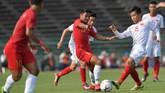 Pemain Timnas Indonesia U-22 Asnawi Mangkualam Bahar menghadapi pemain Vietnam Nguyen Huu Thang pada semifinal Piala AFF U-22 2019 di Stadion Olimpiade Phnom Penh, Minggu (24/2). (ANTARA FOTO/Nyoman Budhiana)