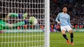 Dalam drama adu penalti, Kepa Arrizabalaga sempat membendung tembakan Leroy Sane. (REUTERS/David Klein)