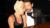 Penampilan Lady Gaga dan Bradley Cooper membawakan 'Shallow' menuai pujian atas keromantisan mereka. (REUTERS/Mike Blake)