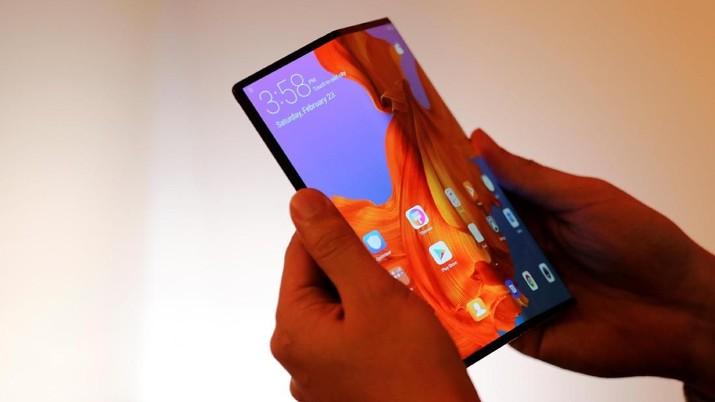 Ponsel lipat Huawei, Mate X diperkirakan dibanderol Rp36 juta, akan dipasarkan mulai bulan depan.