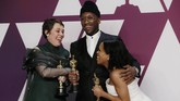 Mahershala Ali (tengah) yang memenangkan Best Supporting Actor, Olivia Colman memenangkan Best Actress (kiri), dan Regina King yang memenangkan Best Supporting Actress (kanan) memamerkan piala Oscar mereka. (REUTERS/Mike Segar)