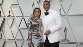 Entah apa alasannya Jennifer Lopez memilih gaun 'miror' ini, dia terlihat seperti sebuah tembok mozaik dari pecahan kaca. REUTERS/Mario Anzuoni