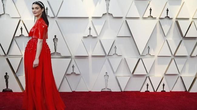 Rachel Weisz punya tampilan paling aneh. Gaun tertutupnya ini dibuat dari bahan pvc mengilat yang aneh. REUTERS/Mario Anzuoni