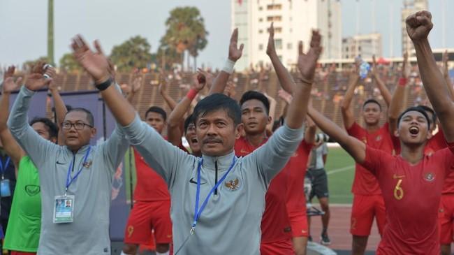 Pelatih Timnas Indonesia U-22 Indra Sjafri, ofisial tim, dan para pemain Timnas Indonesia U-22 merayakan ke final bersama suporter. (ANTARA FOTO/Nyoman Budhiana)