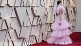 Kacey Musgraves memesona dengan gaun ruffles pink lembut. Gaun Giambatista Valli ini sempurna dengan keseluruhan tampilannya. REUTERS/Mario Anzuoni