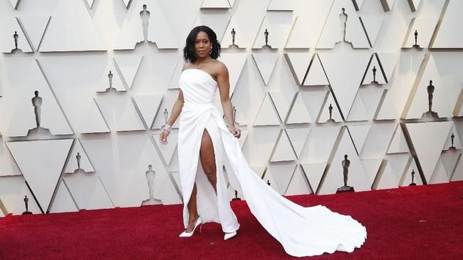 Regina King memilih warna putih untuk gaun straplessnya. Denganhigh slit dan train panjang, dia menembah tampilannya dengan heels formal berwarna putih. REUTERS/Mario Anzuoni