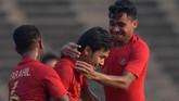 Pemain Timnas Indonesia U-22 Muhamad Luthfi Kamal Baharsjah merayakan gol ke gawang Vietnam bersama Asnawi Mangkualam Bahar dan Muhamad Rafi Syarahil. (ANTARA FOTO/Nyoman Budhiana)