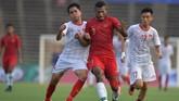 Laga Timnas Indonesia U-22 vs Vietnam cenderung berlangsung keras. Pemain Timnas Indonesia U-22 Marinus Wanewar menjadi salah satu pemain Garuda Muda yang disasar pemain Vietnam. (ANTARA FOTO/Nyoman Budhiana)