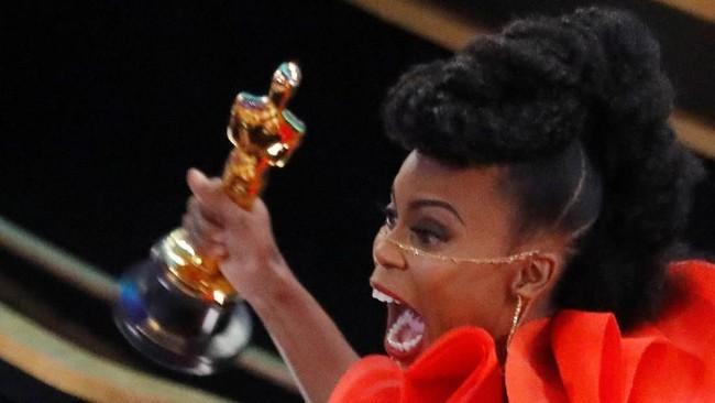 Film 'Black Panther' mendulang piala untuk bidang Best Production Design yang dikerjakan oleh Hannah Beachler. Ia pun mengungkapkan ekspresi kegembiraannya saat menerima piala Oscar. (REUTERS/Mike Blake)