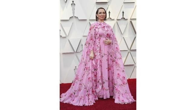 Maya Rudolph terlihat seperti tak siap untuk datang ke Oscar 2019. Dia terlihat seperti berselimutkan gorden atau sprai spring bed. REUTERS/Mario Anzuoni