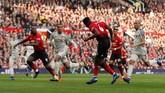 Dikomandoi Paul Pogba, Manchester United berusaha tampil lebih agresif di babak kedua. (Reuters/Lee Smith)