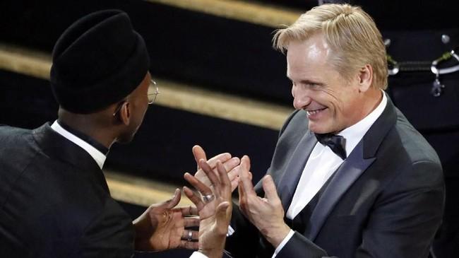 Aktor Viggo Mortensen (kanan) ikut bergembira atas kemenangan Mahershala Ali (kiri) di Best Supporting Actor. Keduanya membintangi film 'Green Book'. (REUTERS/Mike Blake)