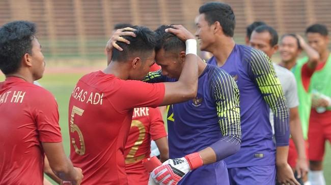Kiper Timnas Indonesia U-22 Awan Setho Raharjo berpelukan dengan Bagas Adi Nugroho usai mengalahkan Vietnam pada semifinal Piala AFF U-22 2019. (ANTARA FOTO/Nyoman Budhiana)