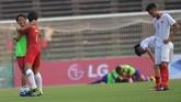 Pemain Timnas Indonesia U-22 Muhamad Luthfi Kamal Baharsjah bersama Gian Zola merayakan kemenangan atas Vietnam. (ANTARA FOTO/Nyoman Budhiana)