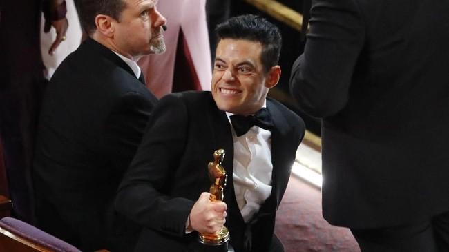 Rami Malek berhasil membawa pulang piala Oscar kategori Best Actor berkat aktingnya sebagai Freddie Mercury di film 'Bohemian Rhapsody. (REUTERS/Mike Blake)