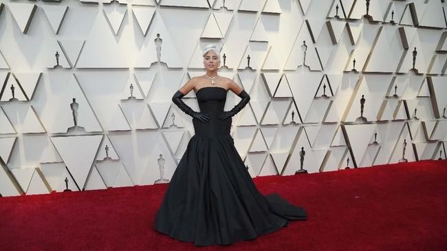 Lady Gaga tampil aman dengan gaun strapless berwarna hitam. Dia melengkapi gaunnya dengan sarung tangan hitam panjang dan juga kalung berlian. REUTERS/Mario Anzuoni