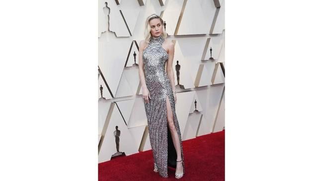 Brie Larson tampil memukau dengan gaun simplenya. Dia memilih warna perak halter neck dengan high slit yang membuatnya terlihat seksi. REUTERS/Mario Anzuoni