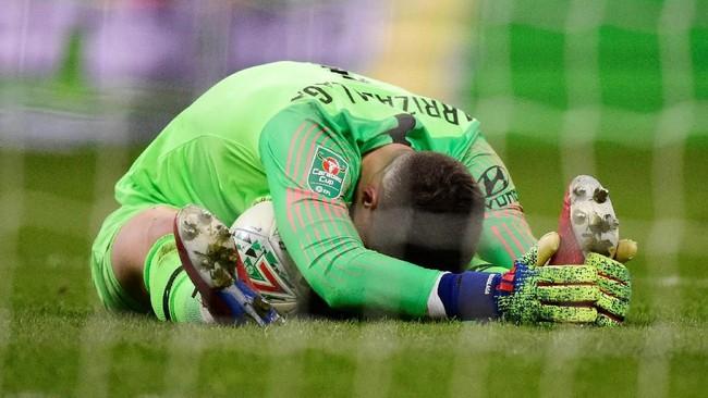 Kepa Arrizabalaga dan kawan-kawan mampu menahan serangan Manchester City hingga laga berlanjut ke babak perpanjangan waktu. Namun Kepa sempat dua kali mendapatkan perawatan medis. (REUTERS/Rebecca Naden)