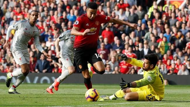 Peluang terbaik Manchester United di babak pertama terjadi pada saat Jese Lingard berhadapan satu lawan satu dengan Alisson Becker, namun hal itu tidak berbuah gol. (REUTERS/Phil Noble)