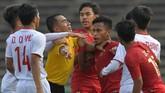 Winger Timnas Indonesia U-22 Osvaldo Ardiles Haay bersitegang dengan pemain Vietnam Dung Quang Nho. (ANTARA FOTO/Nyoman Budhiana)
