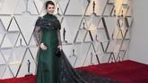 Warna hitam biasanya cocok dengan apapun, tapi tidak dengan gaun pemenang best actress Olivia Colman. (Photo by Mark RALSTON / AFP)