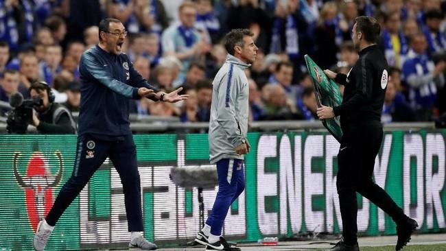 Maurizio Sarri lalu meminta Kepa Arrizabalaga untuk keluar lapangan dan digantikan oleh Willy Caballero. (Reuters/Carl Recine)