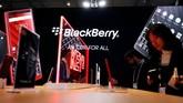 Blackberry mengejutkan pengunjung MWC 2019 dengan memboyong KEY 2 varian warna merah yang dibekali ciri khas papan ketik Qwerty. (REUTERS/Rafael Marchante)