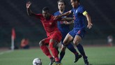 Pemain Timnas U-22 Marinus Wanewar (kiri) duel dengan Saringkan Promsupa (kanan). Promsupa sempat membuat Garuda Muda tertinggal 0-1 melalui golnya pada menit ke-57. (ANTARA FOTO/Nyoman Budhiana/ama.)