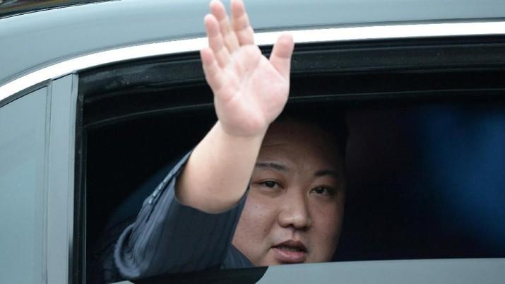 Pemimpin Korea Utara Kim Jong Un melambai pada saat kedatangannya di kota perbatasan dengan China di Dong Dang, Vietnam, 26 Februari 2019. (REUTERS / Stringer)