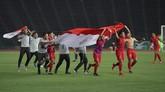 Pemain dan ofisial Timnas U-22mengusungBendera Merah Putih setelah memastikan juara Piala AFF U-22 dengan menekuk Thailand 2-1. (ANTARA FOTO/Nyoman Budhiana/nz)