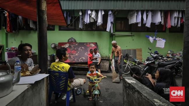 Terhitung hanya Sekolah Sepak Bola (SSB) Atamora, komunitas orang Padang, dan komunitas etnis Tionghoadari Kalimantan Barat yang masih rutin menggunakan lapangan ini. (CNN Indonesia/Adhi Wicaksono)