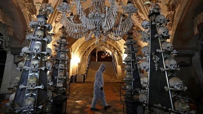 Tanah pemakaman itu diperluas lagi pada abad ke-14 setelah epidemi menyerang. Pada 1318, sekitar 30 ribu orang disebut dimakamkan di sana. Jumlah itu bertambah selama perang agama Katolik Roma dan Hussit di abad 15. (REUTERS/David W Cerny)