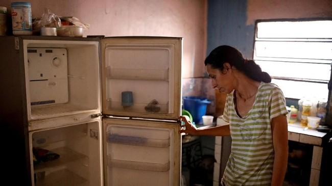 Yaneidi Guzman, contohnya, mengaku sudah kehilangan sepertiga berat badannya selama tiga tahun belakangan karena tak mampu membeli makanan di tengah keterpurukan ekonomi Venezuela. (Reuters/Carlos Garcia Rawlins)