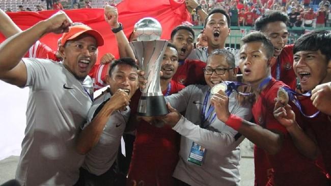 Para pemain dan ofisial Timnas Indonesia U-22 memamerkan trofi Piala AFF U-22 2019. (Dok.PSSI)