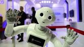 Selain perangkat mobile, pameran MWC 2019 juga menampilkan kecerdasan buatan berupa robot. Salah satunyarobot semi-humanoid besutan Cloud Pepper yang bisa membaca emosi manusia.(Photo by GABRIEL BOUYS / AFP)