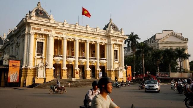 Gedung Opera di Hanoi, Vietnam. Hanoi sering disebut Kota Paris di Timur, karena di penjuru kotanya banyak ditemukan bangunan bergaya kolonial peninggalan penjajah Prancis. (REUTERS/Kham)