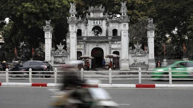 Kuil Quan Thanh Temple di Hanoi, Vietnam.Beberapa destinasi wisata di Hanoi ialah alun-alun kota tua Old Quarter, beragam danau, dan museum. (AP Photo/Vincent Yu)