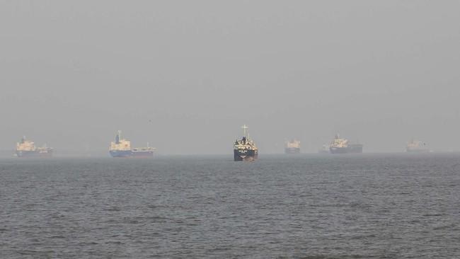 Sejumlah kapal tanker berlabuh di sekitar perairan Pulau Rupat yang berkabut asap dari kebakaran hutan dan lahan (karhutla) di kecamatan Rupat Selatan, kabupaten Bengkalis, Riau, Minggu (24/2/2019). ANTARA FOTO/Aswaddy Hamid
