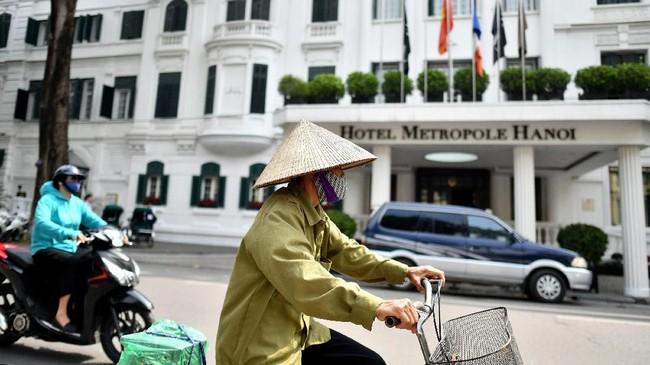 "Metropole Hotel di Hanoi, Vietnam. Hanoi berada di utara Vietnam. Medan kawasannya berupa sungai, perbukitan dan pegunungan, sehingga suhu udaranya bisa dibilang sedikit lebih ""sejuk"" dibandingkan Ho Chi Minh City. (Photo by Manan VATSYAYANA / AFP)"