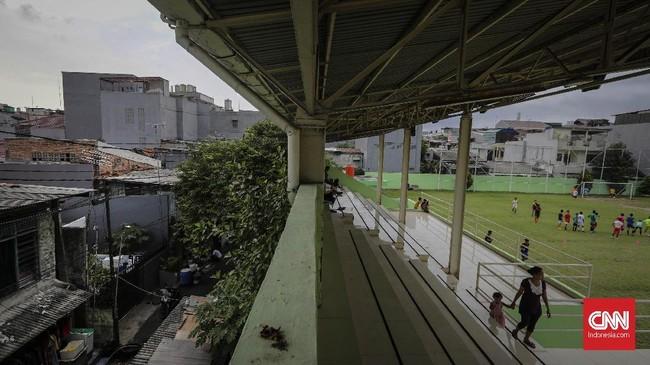 Pertama kali Dullah tiba di Jakarta pada 1965, Stadion VIJ hanyalah lapangan sepak bola berpagar kawat yang dikelolah tentara. Baru Pada tahun 1980, lapangan ini dipugar hingga menjadi stadion. Kepemilikannya pun diserahkan kepada Pemerintah Daerah (Pemda) DKI Jakarta. (CNNIndonesia/Adhi Wicaksono)